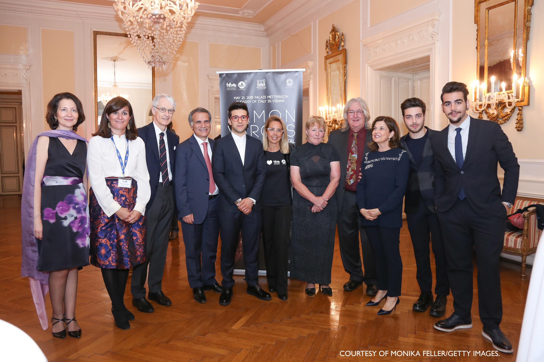 Martino Zanetti con l'ambasciatore Giorgio Marrapodi, i rappresentati di Francesca Rava Onlus e Il Volo