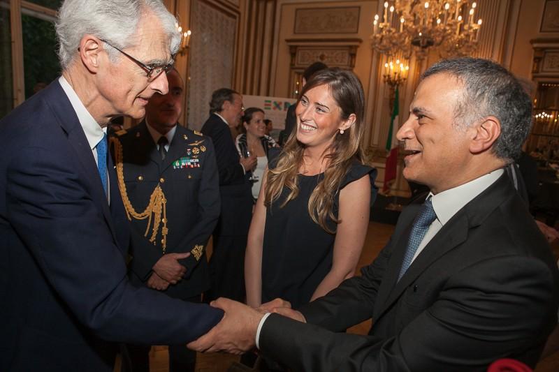 Martino Zanetti saluta l'Ambasciatore Giorgio Marrapodi in presenza del Ministro Maria Elena Boschi all'Ambasciata italiana a Vienna.